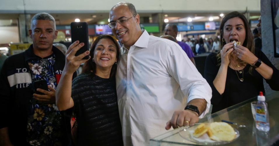 29.out.2018 - Governador eleito do Rio, Wilson Witzel (PSC), toma café e conversa com eleitores na estação Central do Brasil, no centro da capital