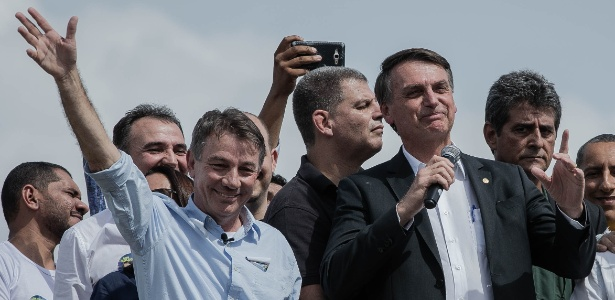 O governador eleito de Roraima, Antonio Denarium, com o presidente eleito, Jair Bolsonaro, ambos do PSL, durante a campanha em Boa Vista, em abril - Eduardo Anizelli/Folhapress