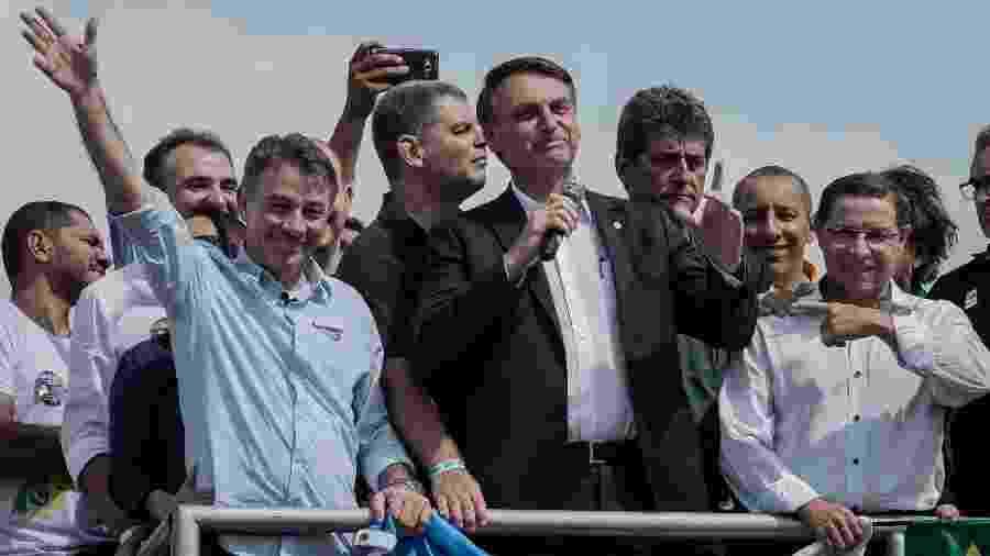 O governador eleito de Roraima pelo PSL, Antônio Denarium (com a mão espalmada), com o presidente eleito Jair Bolsonaro durante a campanha na cidade de Boa Vista - Eduardo Anizelli/ Folhapress