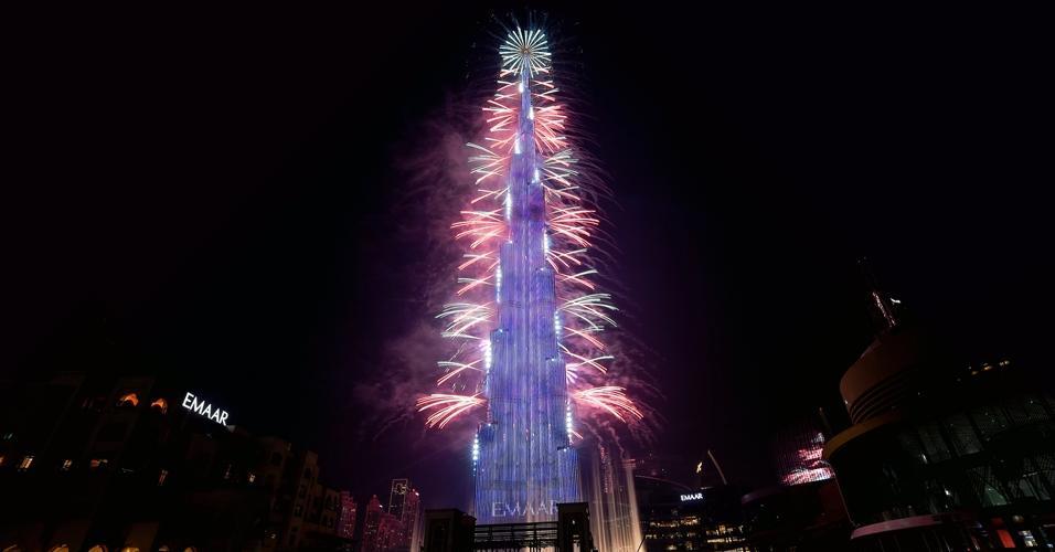 Na virada de Dubai, nos Emirados Árabes, fogos de artifício foram disparados do hotel Burj Khalifa