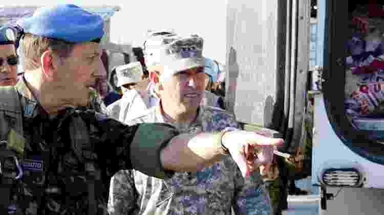 24.jan.2010 - General Floriano Peixoto (à esq.) com o general Ken Keen (à dir.), dos EUA, em missão humanitária no Haiti - Alan Marques/ Folha Imagem