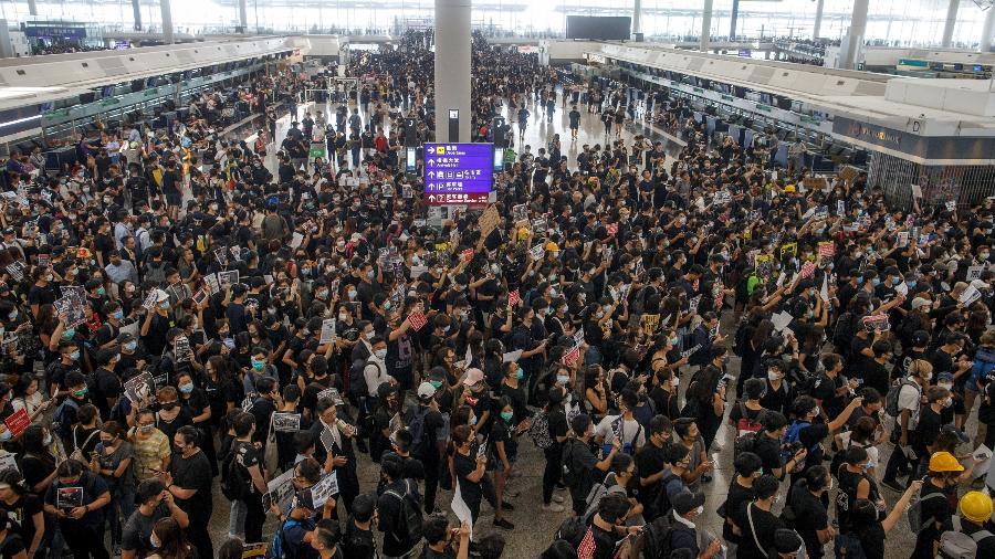 Manifestantes protestam no hall do aeroporto de Hong Kong - Thomas Peter/Reuters