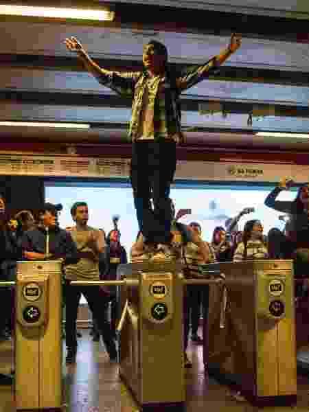 18.out.2019 - Estudantes durante protesto contra o aumento da tarifa do metrô, em Santiago - Jonathan Oyarzun/Aton Chile/AFP