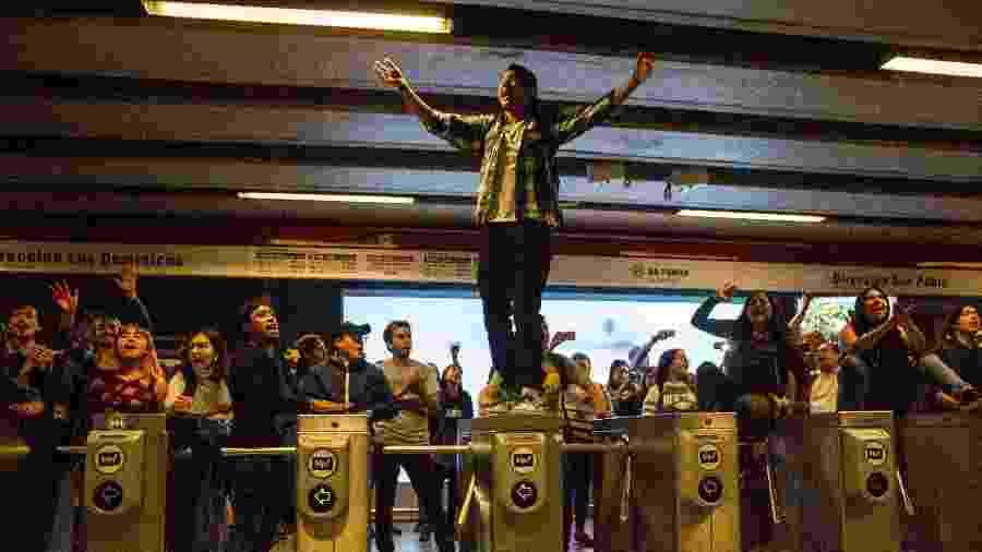 18.out.2019 - Estudantes durante protesto contra o aumento da tarifa do metrô, em Santiago, no Chile. As manifestações cresceram pelo país e passaram a contestar o governo de Sebastián Piñera - Jonathan Oyarzun/Aton Chile/AFP