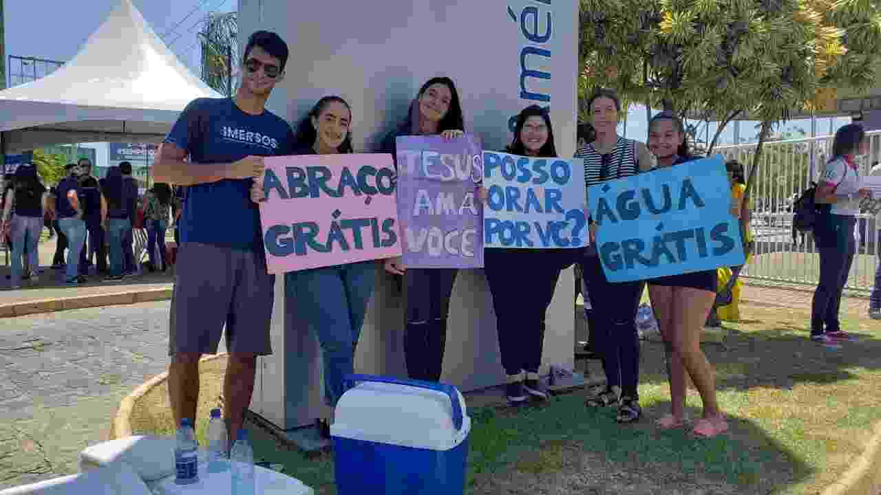 10.nov.2019 - Grupo de evangélicos da Igreja Batista da Comunhão oferece apoio a candidatos do Enem em Maceió - Carlos Madeiro/UOL