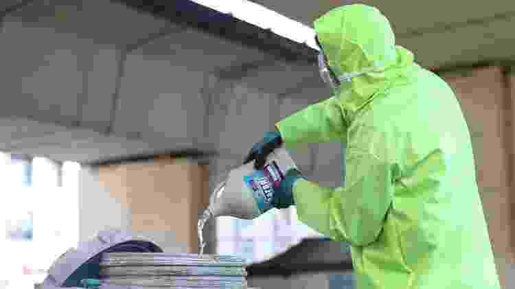 5.mar.2020 - Integrante de equipe médica prepara substância desinfetante a ser usada em locais públicos de Teerã (Irã) - Nazanun Tabatabaee/Wana/Reuters - Nazanun Tabatabaee/Wana/Reuters