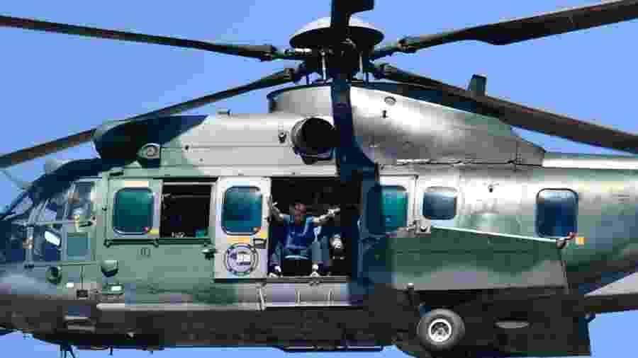 31.mai.2020 - De um helicóptero, o presidente Jair Bolsonaro acompanha atos a seu favor em Brasília - Mateus Bonomia/AGIF/Estadão Conteúdo