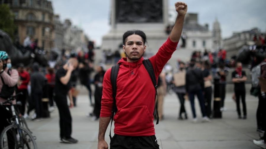 Londres, Reino Unido: com o braço em riste, manifestante participa de protesto contra violência policial e por justiça para George Floyd - Dan Kitwood/Getty Images