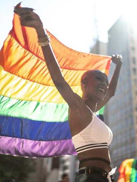 23.jun.2019 - Mulher carrega bandeira durante a Parada do Orgulho LGBT de São Paulo - Getty Images