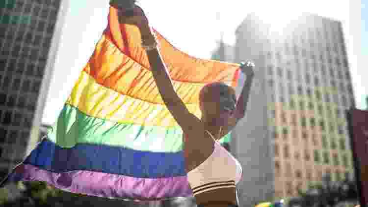 23.jun.2019 - Mulher carrega bandeira de arco-íris durante a Parada LGBT em São Paulo - Getty Images - Getty Images