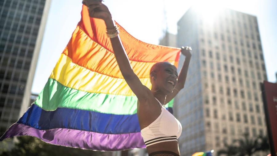 23.jun.2019 - Mulher carrega bandeira de arco-íris durante a Parada LGBT em São Paulo - Getty Images