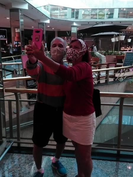 Paulo Roberto da Silva, 69, e Soraia Abreu Alves, 60, fazem selfie na reabertura do BarraShopping, na zona oeste do Rio - Maria Luisa Melo/UOL
