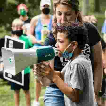 Garoto de 8 anos organizou o seu próprio protesto no Missouri (EUA) - Reprodução/cnn.com