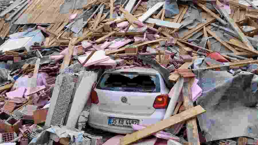 30 out. 2020 - Carro embaixo dos escombros após terremoto em Izmir, na Turquia - TUNCAY DERSINLIOGLU/REUTERS