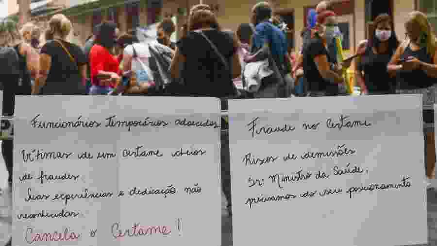 30.out.2020 - Funcionários protestam em frente ao Hospital Federal de Bonsucesso, na zona norte do Rio - ERBS JR./FRAMEPHOTO/FRAMEPHOTO/ESTADÃO CONTEÚDO