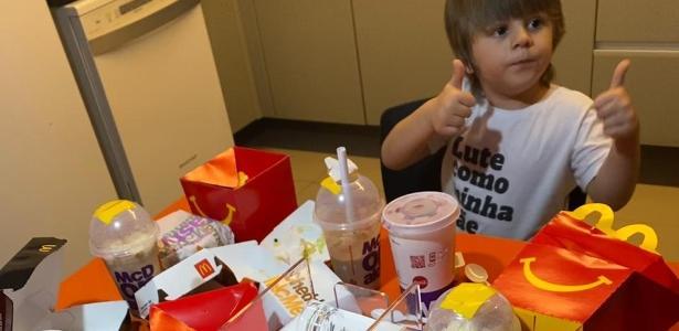 Pelo celular da mãe   Menino de três anos faz pedido de R$ 400 no McDonald's
