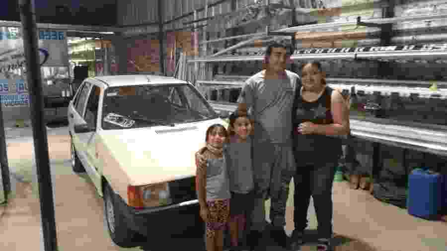 Nuñez em frente ao carro que ganhou de seu chefe - Reprodução/Facebook