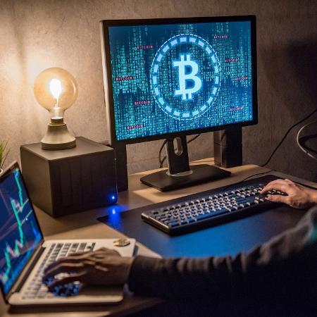 Computador com o logo da criptomoeda bitcoin - Getty Images
