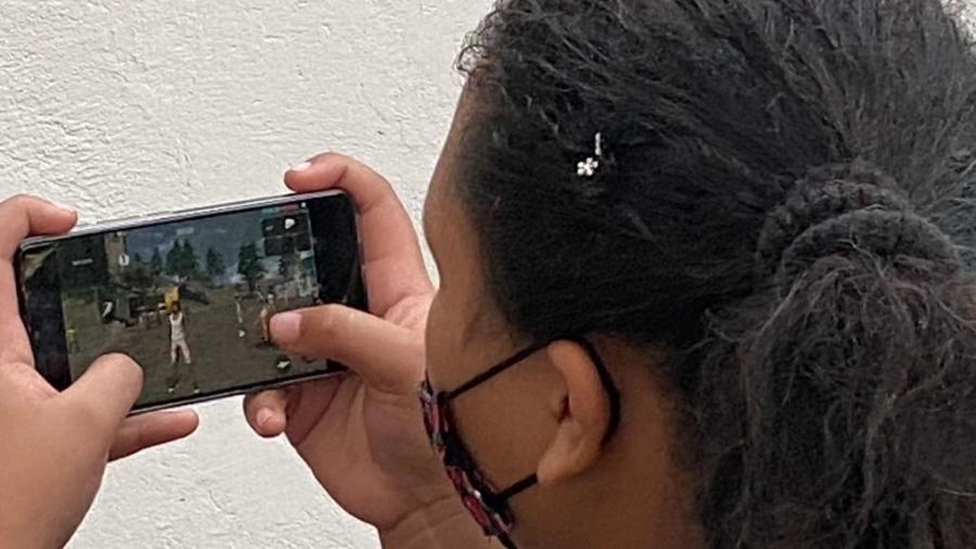 Ana Luiza usa o celular para jogar Free Fire - Thais Siqueira