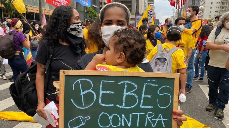 Mulher carrega criança em ato contra o presidente Jair Bolsonaro, na avenida Paulista, em São Paulo - Herculano Barreto Filho/UOL