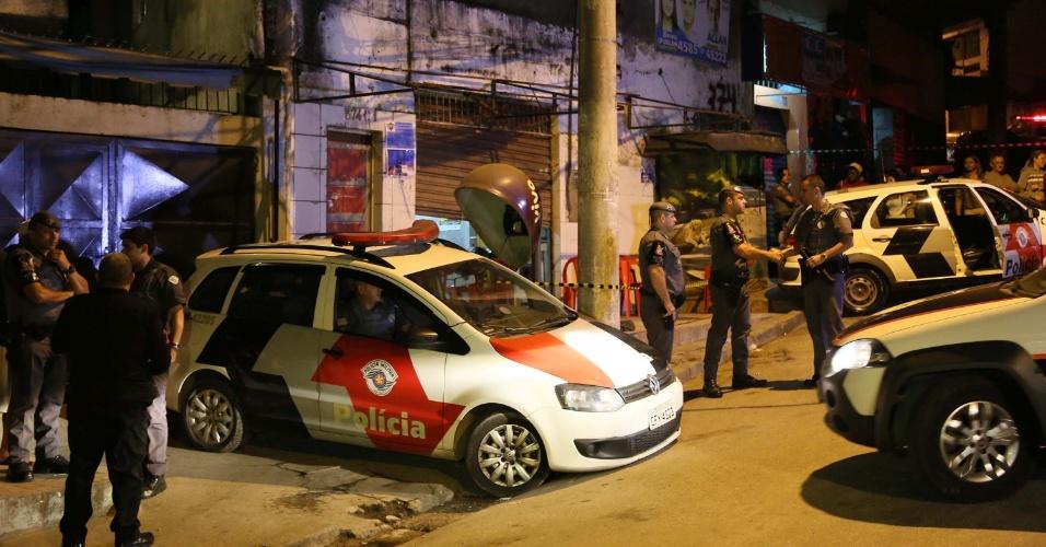 14.ago.2015 - Polícia isola local após ataques realizados nesta madrugada, na Grande São Paulo. Ao menos 20 pessoas foram mortas e sete ficaram feridas em uma série de ataques na região, no intervalo de 2h30. Segundo testemunhas, os ataques a tiros forma realizados por homens em um carro