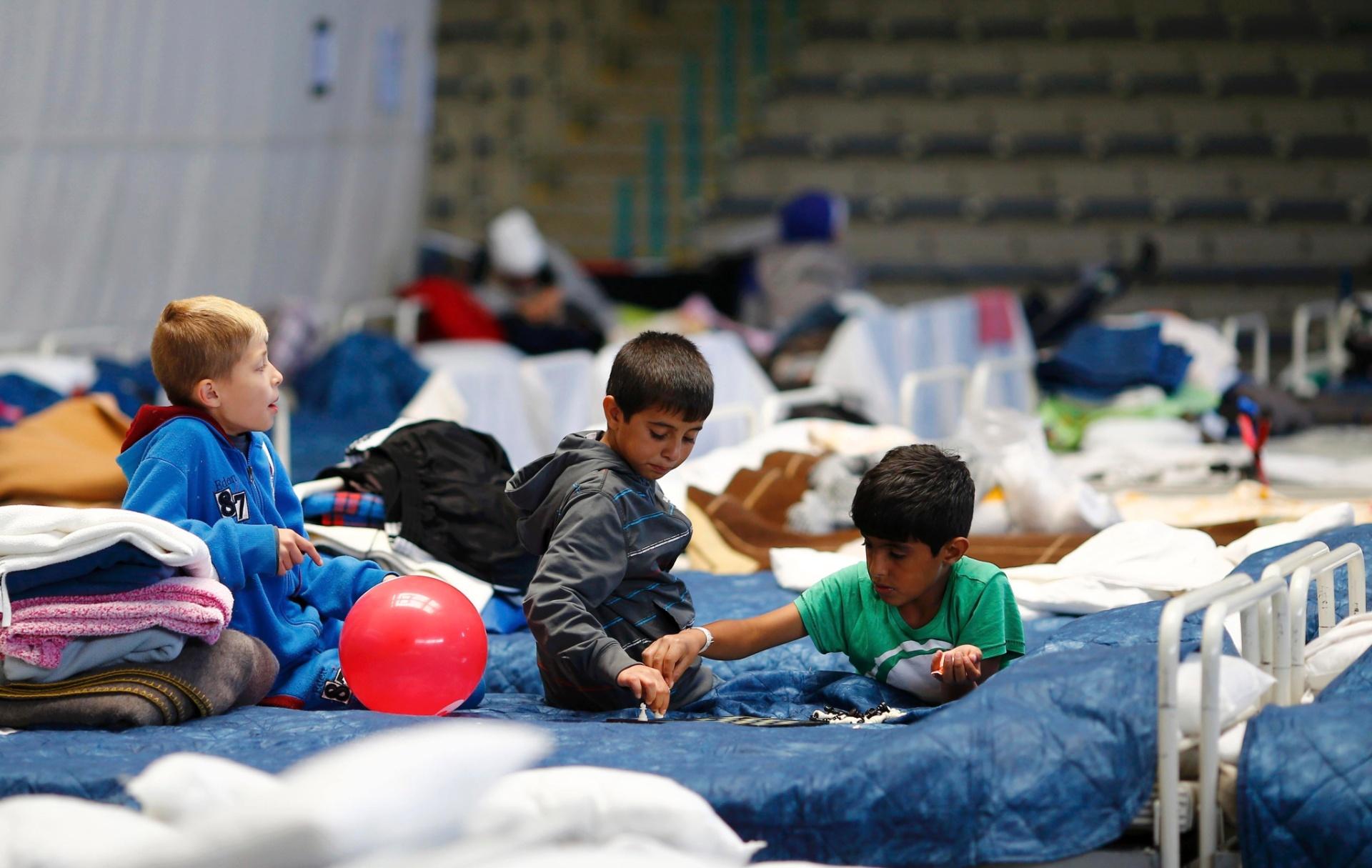 29.set.2015 - Crianças imigrantes jogam em abrigo temporário dentro de estádio esportivo em Hanau, Alemanha, país com maior população muçulmana da Europa