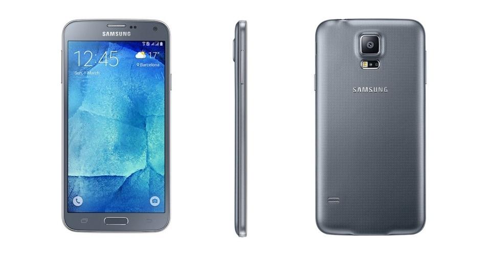 27.out.2015 - Sem muito alarde, a Samsung lançou no início de outubro o S5 New Edition, um smartphone mais potente que seu antecessor (S5) e bem mais em conta que o top de linha da marca (S6). Com tela Super AMOLED Full HD de 5.1 polegadas, o dispositivo conta com câmeras de 5 MP (frontal) e  16 MP (traseira), além de processador OctaCore de 64 bits, memória RAM de 2 GB, armazenamento interno de 16 GB (com entrada para cartão de memória de até 128 GB) e dois chips. O preço sugerido é de a partir de R$ 1.999