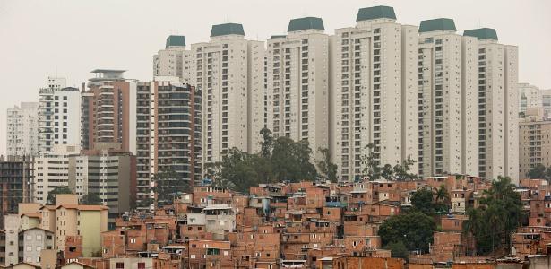 Favela do Paraisópolis com edificios luxuosos ao fundo no Morumbi, em São Paulo - Eduardo Knapp/Folhapress