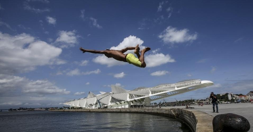 4.jan.2016 - Jovem pula na água na praça Mauá, na baia de Guanabara, no Rio de Janeiro. A praça Mauá é um dos espaços recém reformados dentro das obras na zona portuária do Rio, que fazem parte das melhorias para os Jogos Olímpicos de 2016