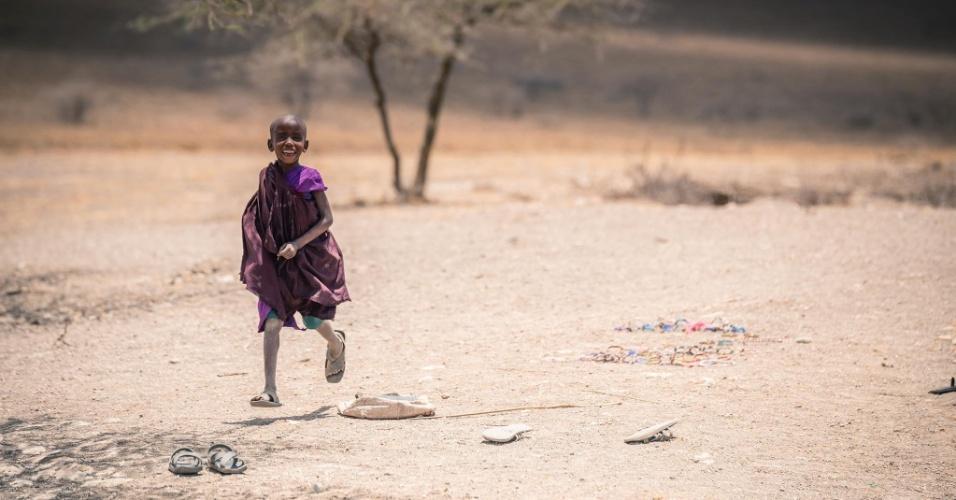 """12.jan.2016 - O que mais impressionou o fotógrafo romeno Vlad Cioplea durante sua estadia de 20 dias em três tribos da Tanzânia, na África, foi a falta de preocupação daquelas pessoas com o amanhã. """"As pessoas da Tanzânia nunca estão apressadas. Nosso guia sempre dizia para mim 'pole, pole, Tanzânia nunca corre', 'pole, pole' significa 'devagar, devagar'"""", explica. A imagem do menino correndo com um sorriso escancarado faz parte do ensaio fotográfico feito por Cioplea na Tanzânia em outubro de 2015"""