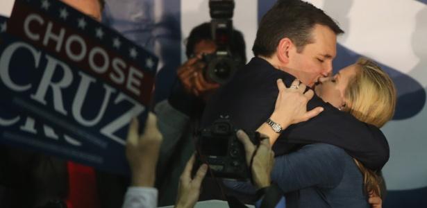 O senador Ted Cruz comemora com a sua mulher, Heidi, a vitória no caucus de Iowa