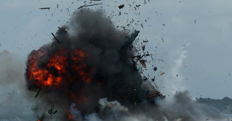 22.fev.2016 - Barco de pesca é atingido por armas do governo indonésio em Batam. A Indonésia afundou 27 barcos estrangeiros apreendidos em 22 de fevereiro, em uma intensa campanha contra a pesca ilegal