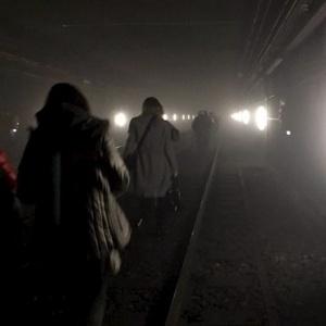 Passageiros deixam trens pelo túnel após ataque a bomba a estação em Bruxelas - Cortesia @OSOSXE via Twitter para Reuters