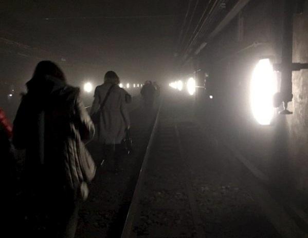 22.mar.2016 - Passageiros são retirados de vagões do metrô belga após ataque a bomba na estação Maalbeek, na Bélgica. Todas as linhas de trem e metrô da sede da União Europeia estão fechadas. O aeroporto internacional da cidade também foi alvo de duas bombas e está fechado