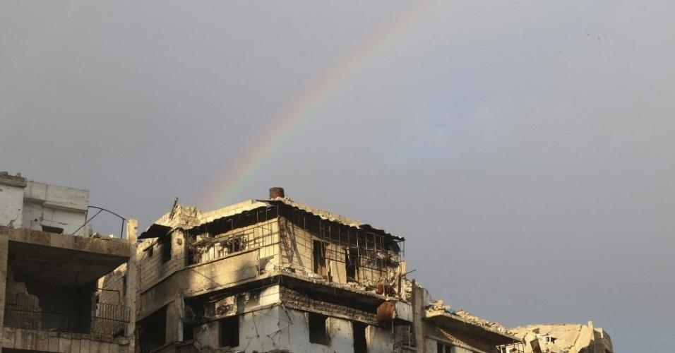 28.mar.2016 - Um arco-íris se forma em cima de prédios danificados durante guerra no bairro Salah al-Din, em Aleppo. A Síria completou em março o quinto ano desde o início do conflito, que, segundo os últimos números do Observatório Sírio de Direitos Humanos, deixou cerca de 273.520 mortos