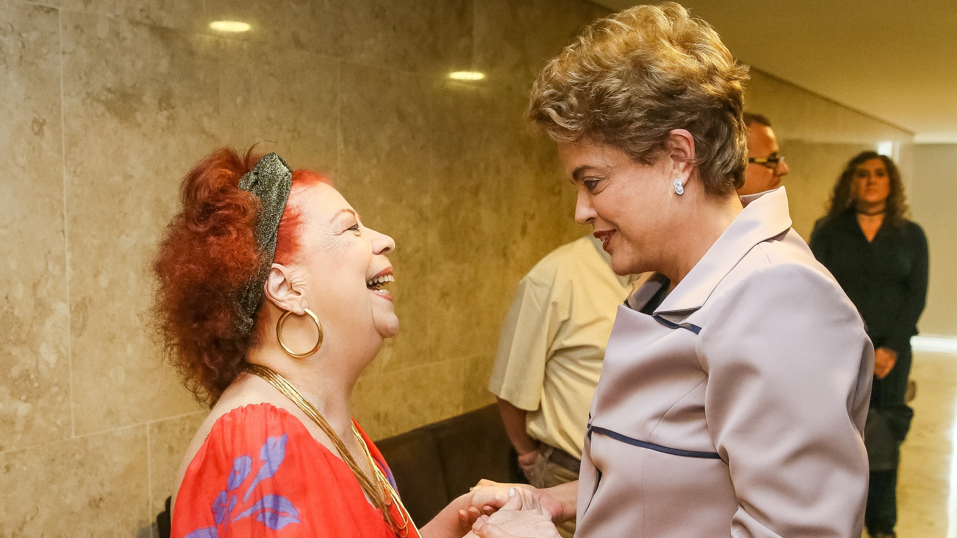 31.mar.2016 - A presidente Dilma Rousseff conversa com Beth Carvalho durante encontro com artistas e intelectuais em defesa da democracia, em Brasília. Ao fundo, a cineasta Anna Muylaert