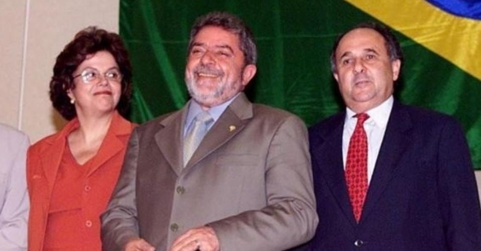 20.dez.2002 - Dilma entre os novos ministros e secretário anunciados pelo presidente eleito Luiz Inácio Lula da Silva, em São Paulo (SP); da esquerda para direita: Jaques Wagner (Trabalho), Lula, Cristovam Buarque (Educação), Humberto Costa (Saúde) e o secretário do Direitos Humanos, Nilmário Miranda