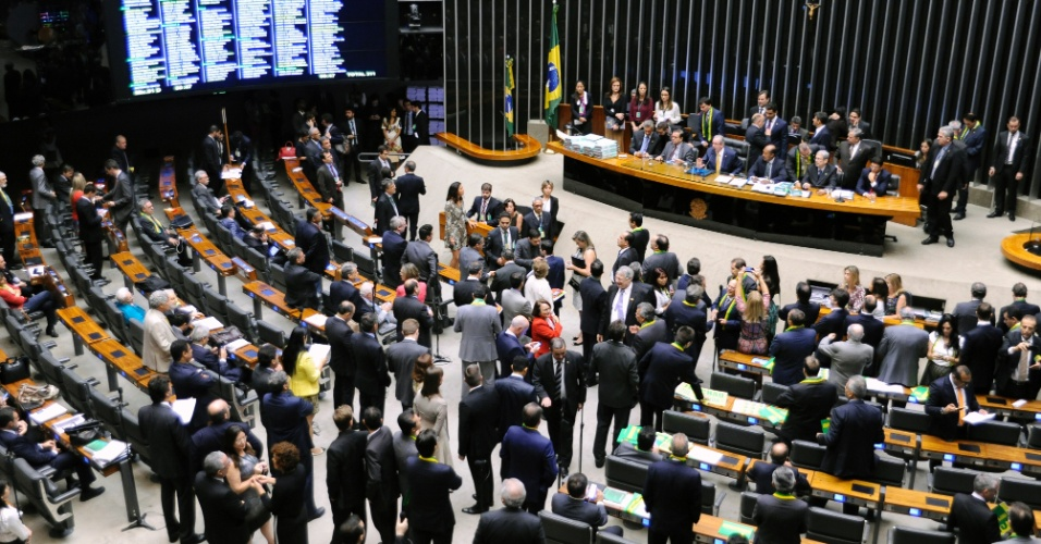 15.abr.2016 - Deputados lotam plenário da Câmara para o debate do impeachment da presidente Dilma Rousseff nesta sexta-feira (15)
