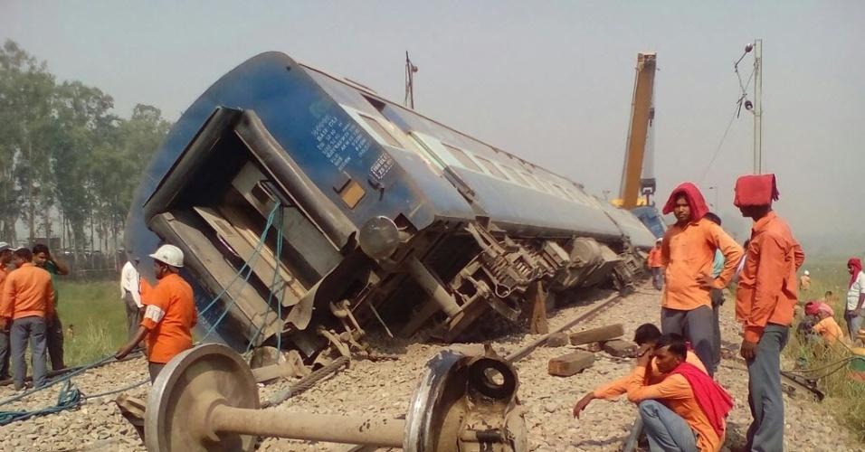 2.mai.2016 - Um trem descarrilou perto Hapur, Uttar Pradesh, na Índia. Doze passageiros ficaram feridos e não houve relatos de morte, segundo autoridades locais