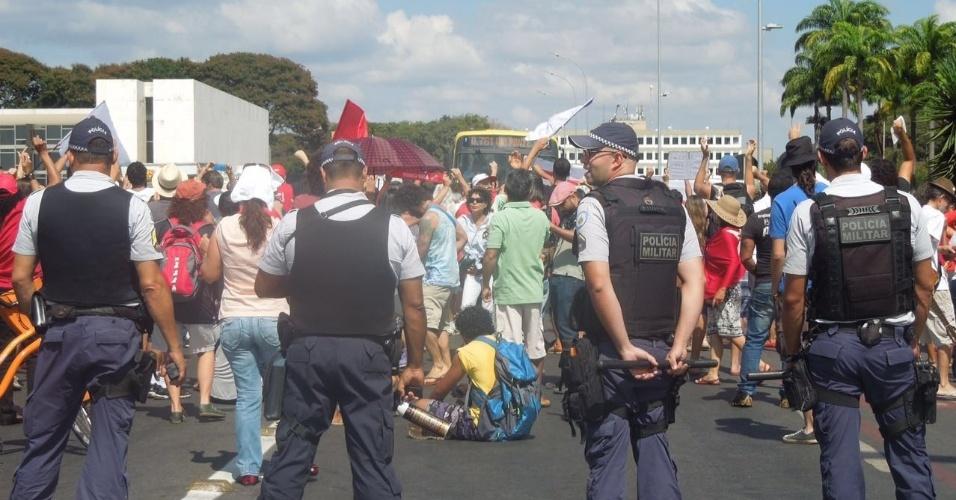 15.mai.2016 - Grupo de manifestantes protestou contra o presidente interino Michel Temer (PMDB) em frente ao Palácio do Planalto, em Brasília. A reportagem do UOL contabilizou a presença de 200 manifestantes. O protesto convocado pelas redes sociais mostrava a intenção de 17 mil pessoas participarem no evento. Segundo a PM, não houve incidentes