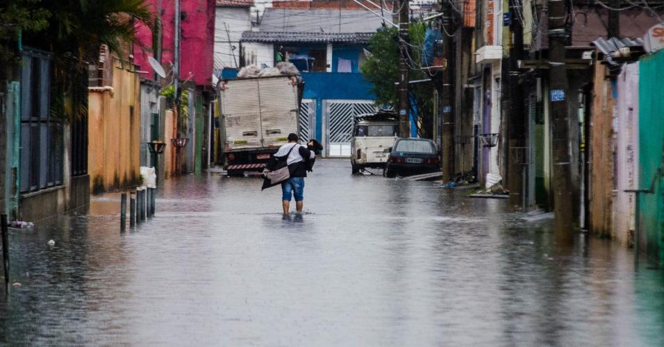 7.jun.2016 - O bairro Jardim Pantanal, região do Itaim Paulista, na zona leste de São Paulo, amanheceu alagado após as chuvas fortes que atingiram a cidade nos últimos dias. Segundo o Centro de Gerenciamento de Emergências (CGE), a chuva acumulada do início de junho até as 7h de hoje (7) chega 165,8 milímetros, ultrapassando a média mensal (45,2 milímetros) em 367%. Em São Miguel Paulista um caminhão da Prefeitura vai bombear a água parada em sete ruas que estão alagadas