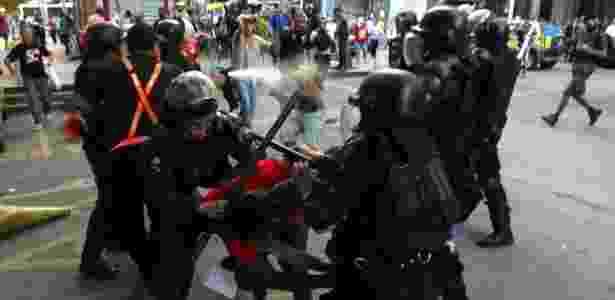 Policiais militares e manifestantes entram em confronto durante protesto dos profissionais da Educação, no centro do Rio do Janeiro - Fábio Motta/Estadão Conteúdo