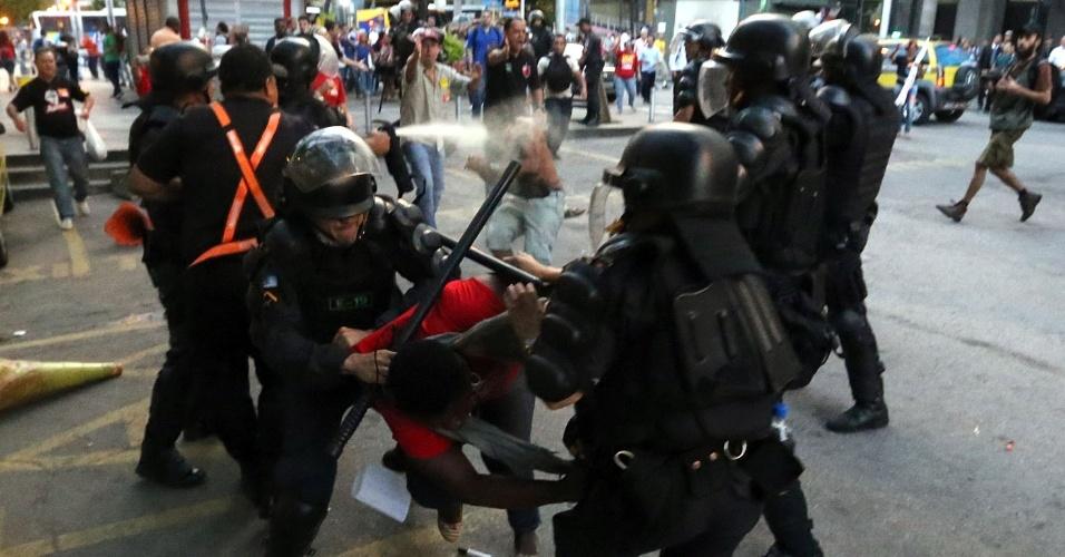 29.jun.2016 - Policiais militares e manifestantes entram em confronto durante protesto dos profissionais da Educação, no centro do Rio do Janeiro