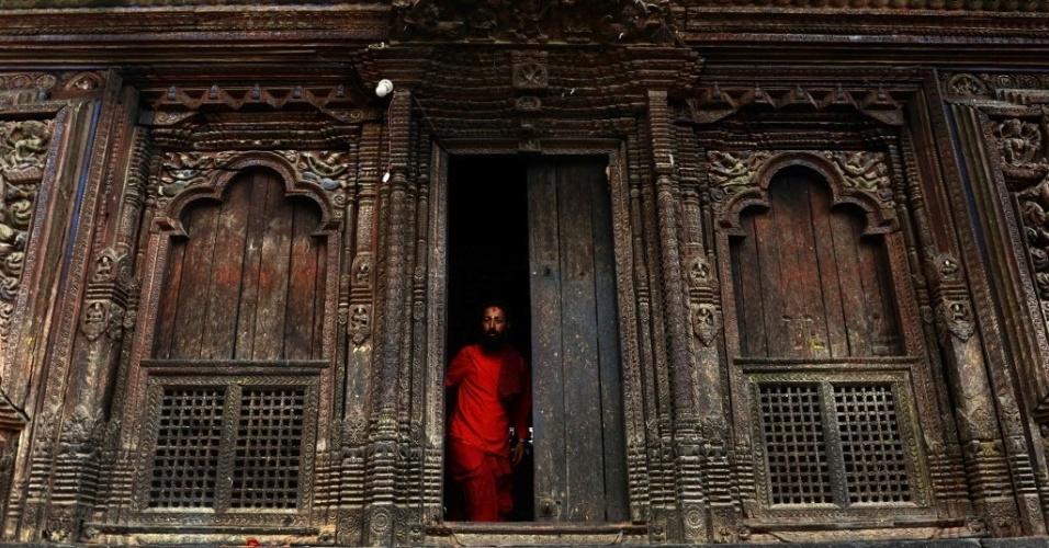 12.jul.2016 - Sacerdote hindu deixa o templo de Banglamhuki, perto da praça Patan Durbar, em Lalitpur, a cinco quilômetros ao sul de Katmandu, no Nepal. A praça considerada Patrimônio Mundial pela Unesco é conhecido por sua rica herança cultural, particularmente a tradição de artes e ofícios