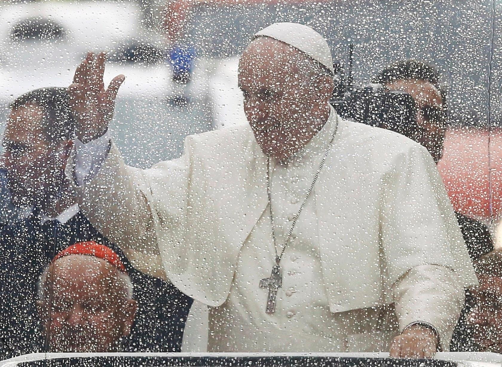 27.jul.2016 - Papa Francisco saúda fiéis dentro do papamóvel rumo à cerimônia de boas-vindas no Castelo Real de Wawel, em Cracóvia, na Polônia. A cidade abriga a Jornada Mundial da Juventude