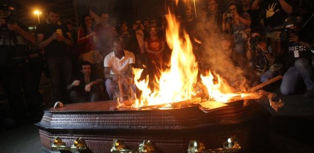 No fim do ato realizado em São Paulo, manifestantes queimam caixão com foto de Michel Temer (PMDB) no Largo da Batata