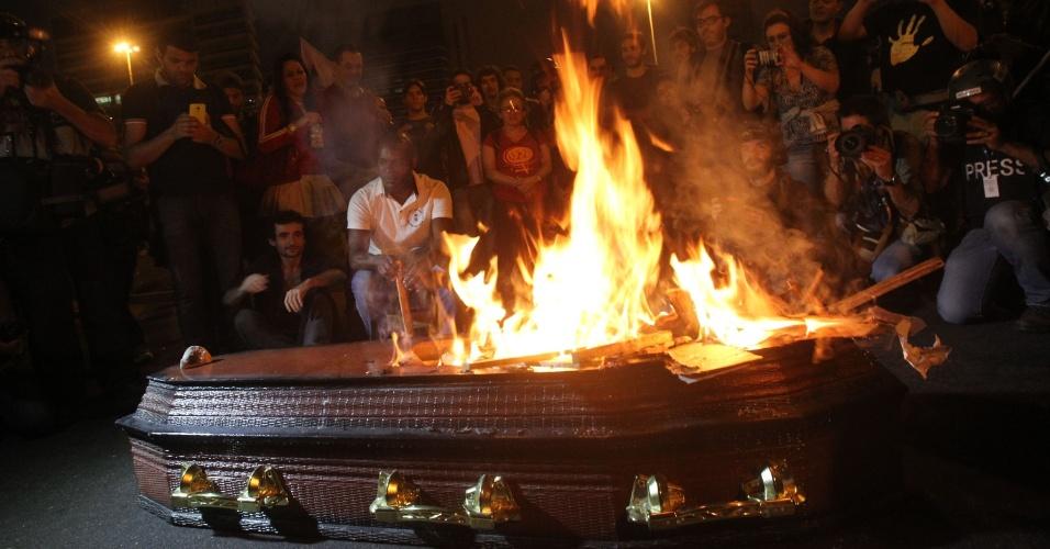 4.set.2016 - No fim do ato realizado em São Paulo, manifestantes queimam caixão com foto de Michel Temer (PMDB) no Largo da Batata, na zona oeste da cidade. Manifestantes deixaram a avenida Paulista por volta das 18h e começaram a chegar ao Largo da Batata às 19h20. Com o ato grande e disperso, milhares ainda chegavam ao ponto final até as 20h30