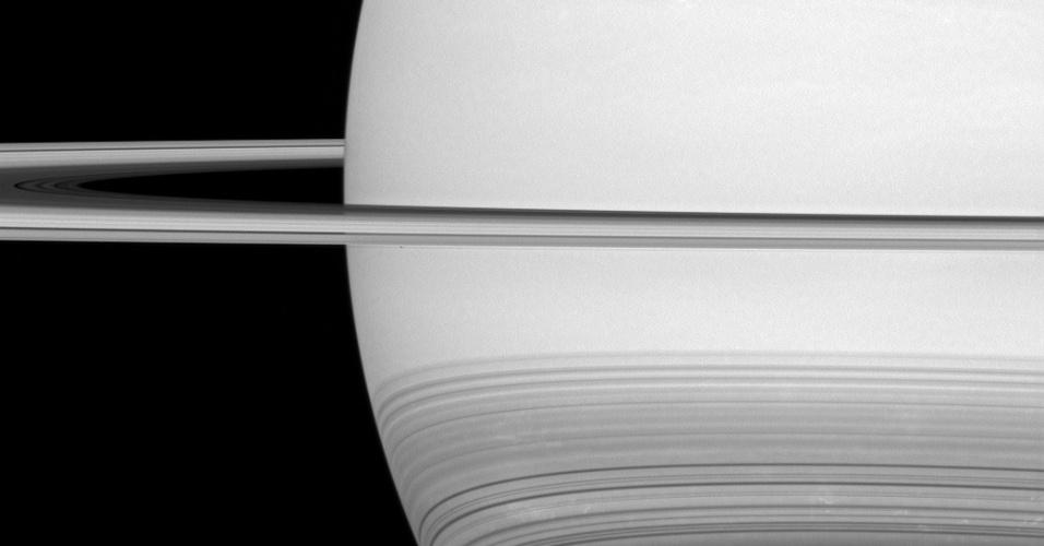 ARCOS GELADOS - A sonda Cassini da Nasa (Agência Espacial dos Estados Unidos) captou o brilhante disco de Saturno, cercado por anéis gelados. A sonda captou ainda delicadas linhas curvas no planeta