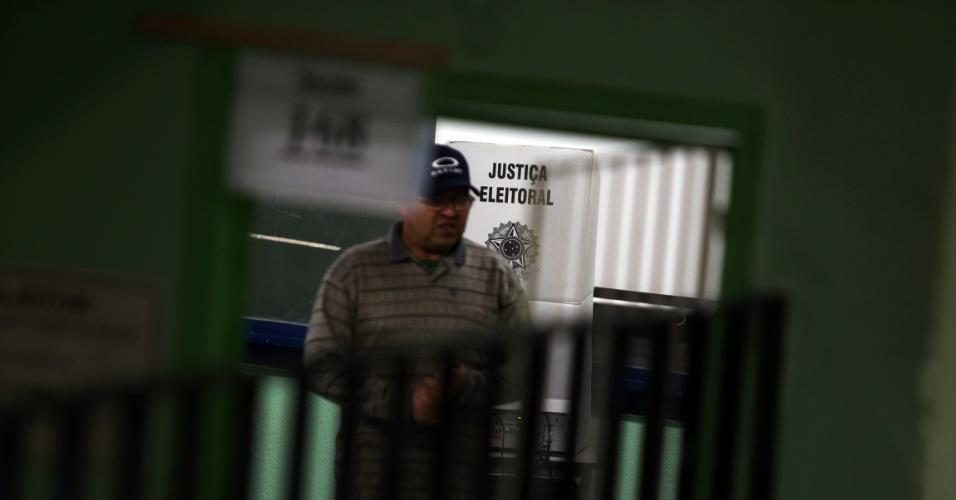 30.out.2016 - Movimentação de eleitores na Escola Estadual Dr. Mathias Octávio Roxo Nobre, no bairro de Batistini, em São Bernardo do Campo, durante o segundo turno das eleições municipais