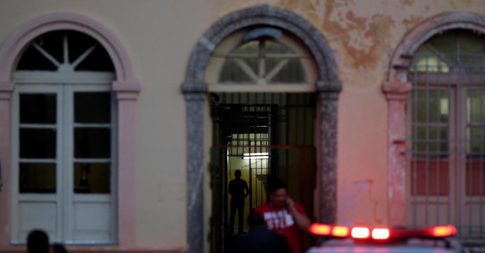 4.jan.2017 - Movimentação na noite de quarta-feira (4) em frente à cadeia pública no centro de Manaus que foi reativada para receber presos vindos do Compaj, onde rebelião deixou 56 mortos